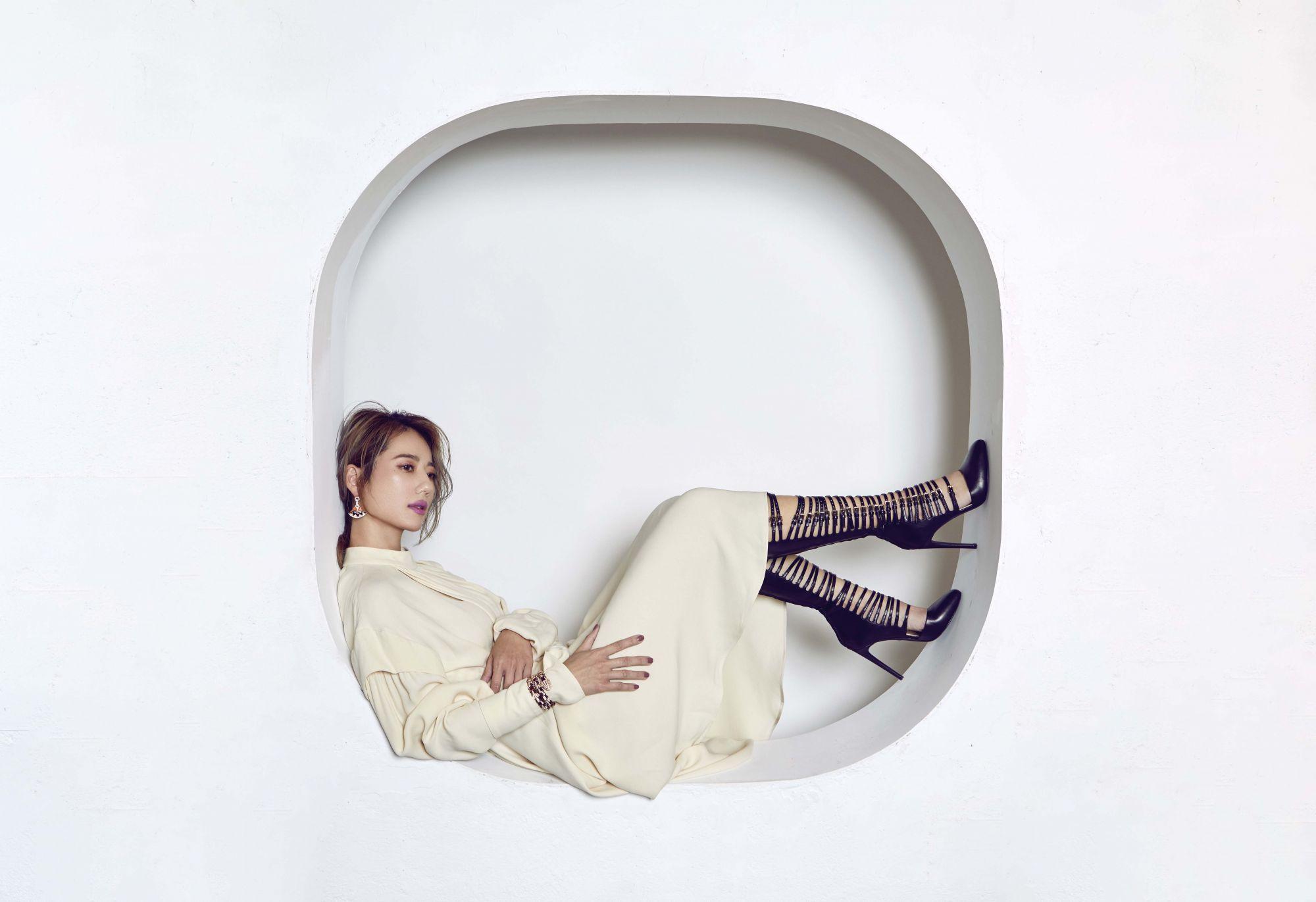 盧南君認為時尚就是不管穿上什麼,自己都要覺得很從容。 Divas' Dream系列頂級珊瑚與鑽石耳環、Serpenti系列頂級蛇紋木玫瑰金鑲鑽手環both by Bvlgari;洋裝by Louis Vuitton,長靴為私人提供。