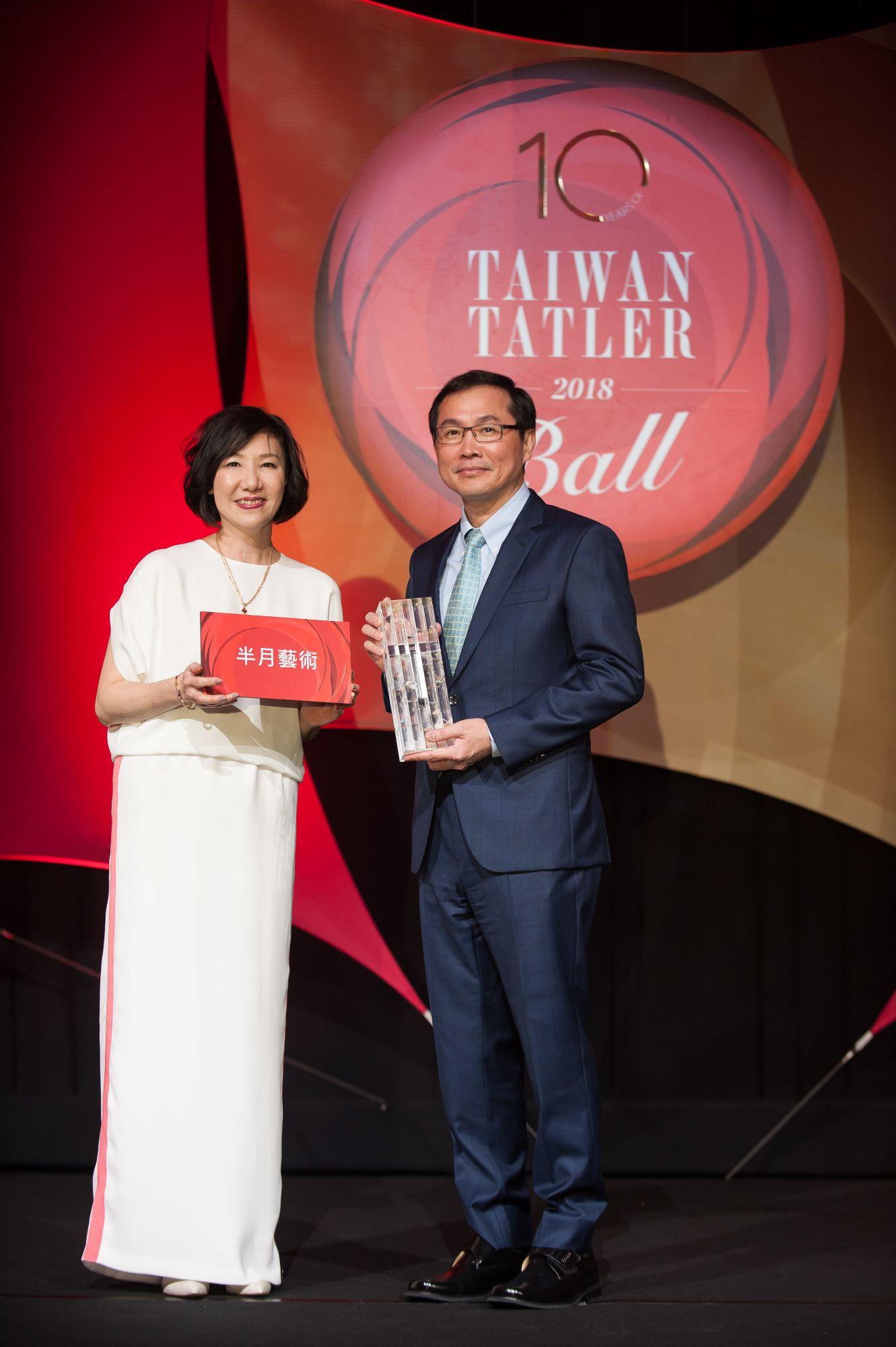 金車關係事業總經理李玉鼎獲得「年度風雲企業家」獎項,獎品由半月藝術贊助。