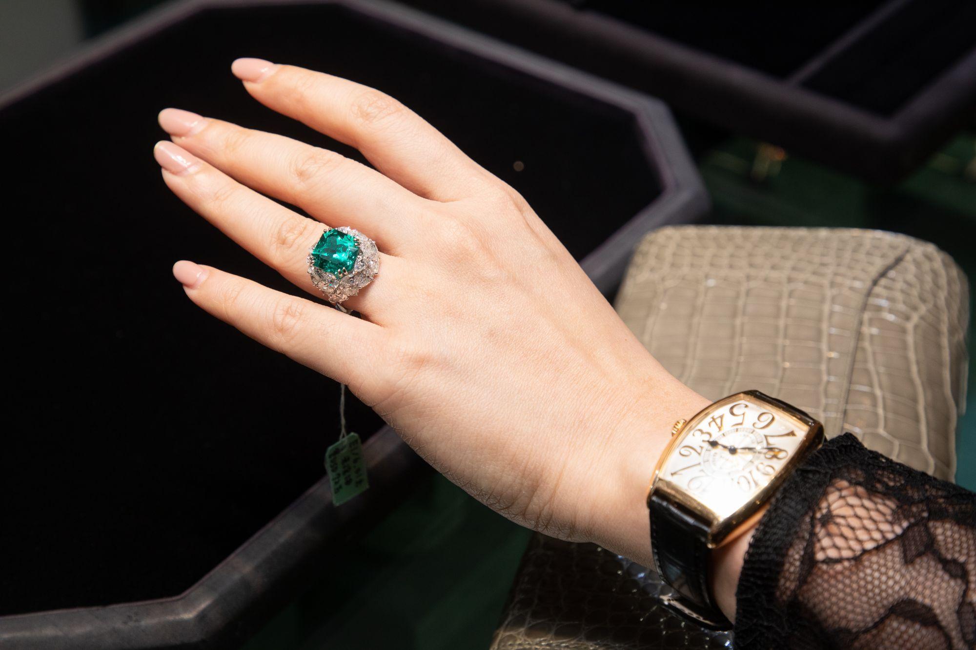哥倫比亞未泡油祖母綠戒指,主 石為 6 克拉哥倫比亞 CHIVOR 未 泡油祖母綠,周圍鑲嵌 6.08 克 拉配鑽襯托(附 GÜBELIN 原版 證書)。