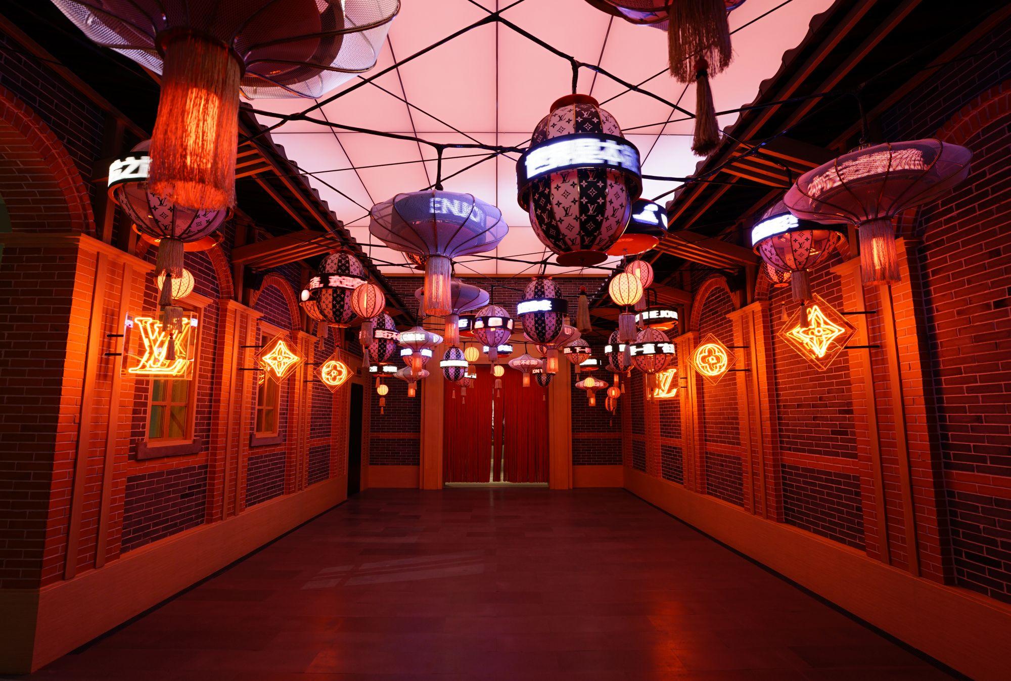品牌在中國藝術家何岸設計的霓虹燈裝置空間中展現極具標誌性的訂製服裝。
